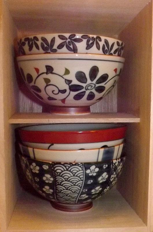 Keramik-Set 5 Bowls Irodori im Holzregal 1